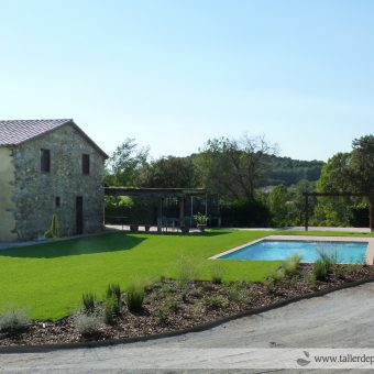 Garden & Pool in a farmhouse at Vallès