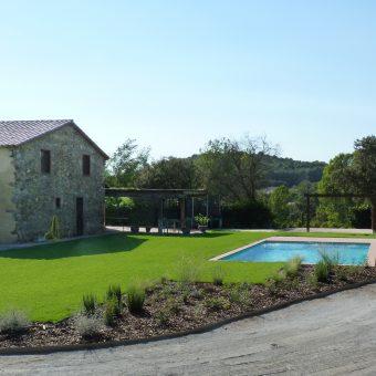 Jardín y piscina en una masia en el Vallès