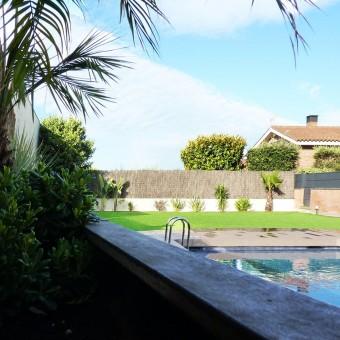 Jardí en piscina comunitària a Sant Joan