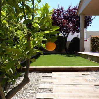 Jardinet i pèrgola a Olesa de Montserrat